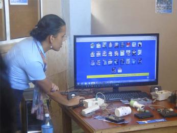 Janny Macía Alés explica el funcionamiento de una multimedia que contiene productos y servicios de JCCE, entre los que se encuentra Tino