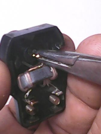 Fig. 9: Inmovilizando el nuevo pin mediante una pequeña torcedura