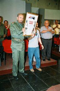Figura 4. Fidel Castro recibe el diploma acreditativo con la cifra de 1 000 000 de graduados.