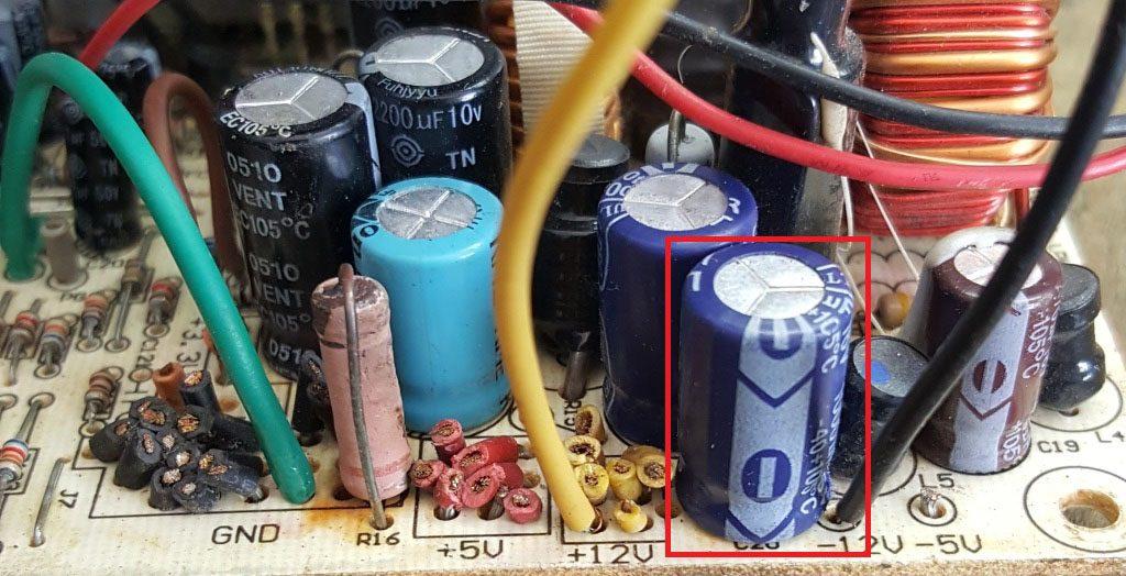 Figura. 5: Capacitor sustituto para aumentar la corriente máxima en la salida de -12 V. - #RvistaTino