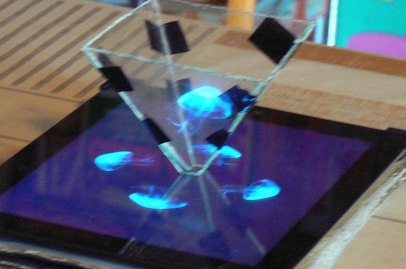 Fig. 2 Exposición con holograma -#RevistaTino