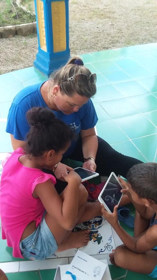 Fig. 3. Los infantes disfrutan de las opciones que con amor brinda Joven Club. -#RevistaTino