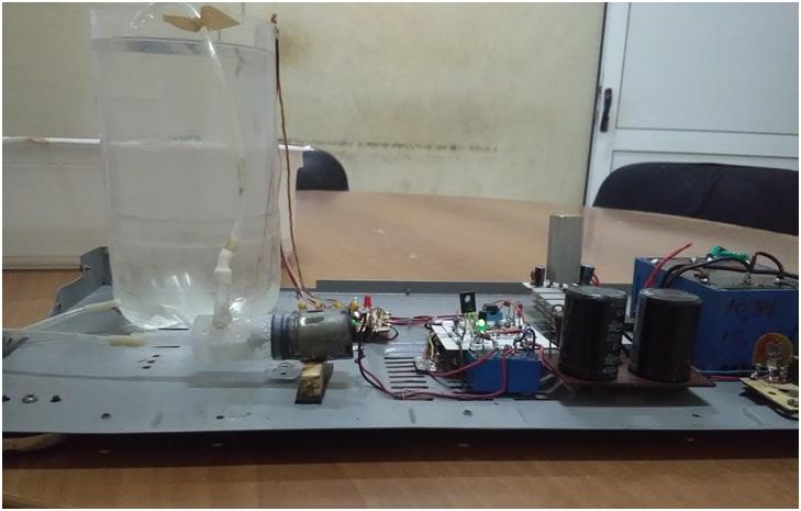 Fig. 1. Al alcanzar el nivel del sensor la bomba se desconecta. #RevistaTino. Maqueta de sistema de control automático